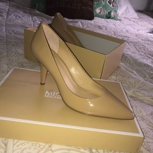 Brand new with box Michael Kors nude: beige pumps